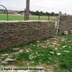 budowa muru z łupka surowego drobnego