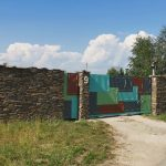 mur oklejony łupkiem ciętym jednostronnie